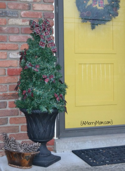 Easy DIY outdoor Christmas tree from a tomato cage - AMerryMom.com